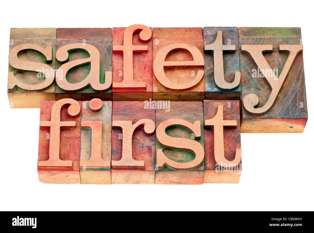 La sicurezza prima di tutto - frase isolato in legno vintage tipografia blocchi Immagini Stock