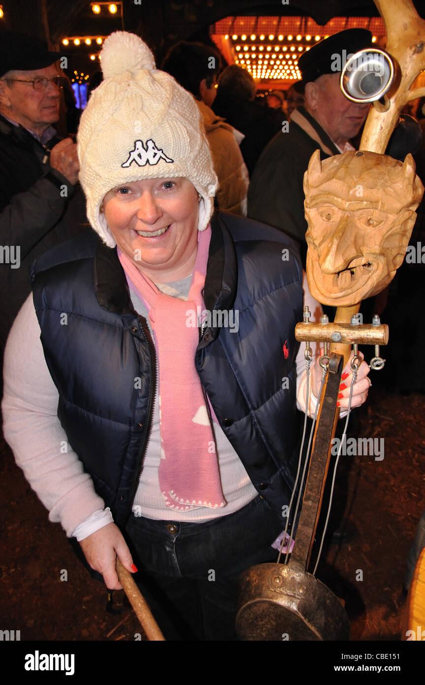 Riproduzione turistica tradizionale strumento tedesco al Mercato di Natale, Rathausplatz, Hamburg, Amburgo Regione Immagini Stock