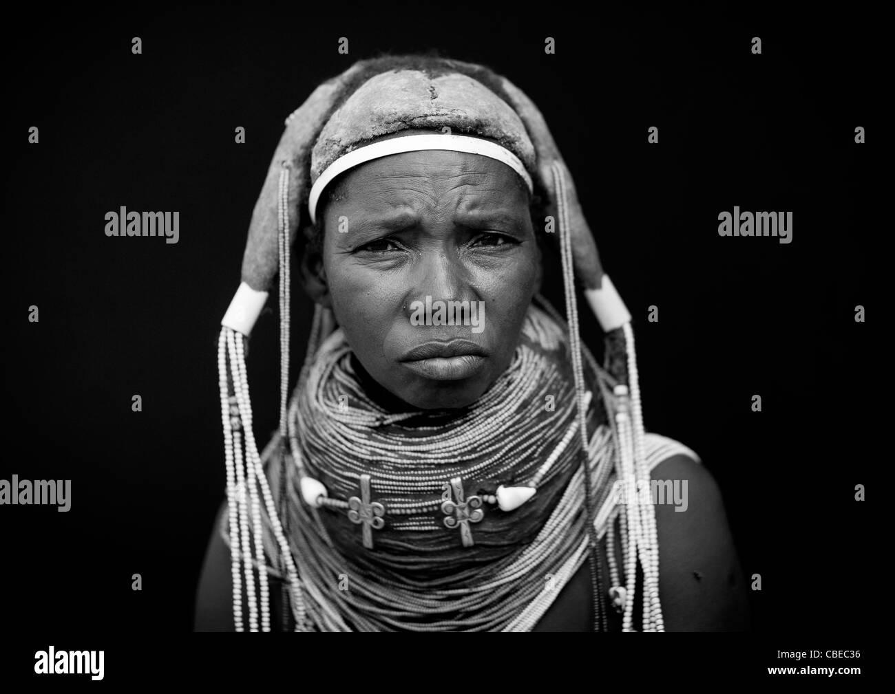 Mwila donna che indossa la Collana Vilanda, Area Chibia, Angola Foto Stock