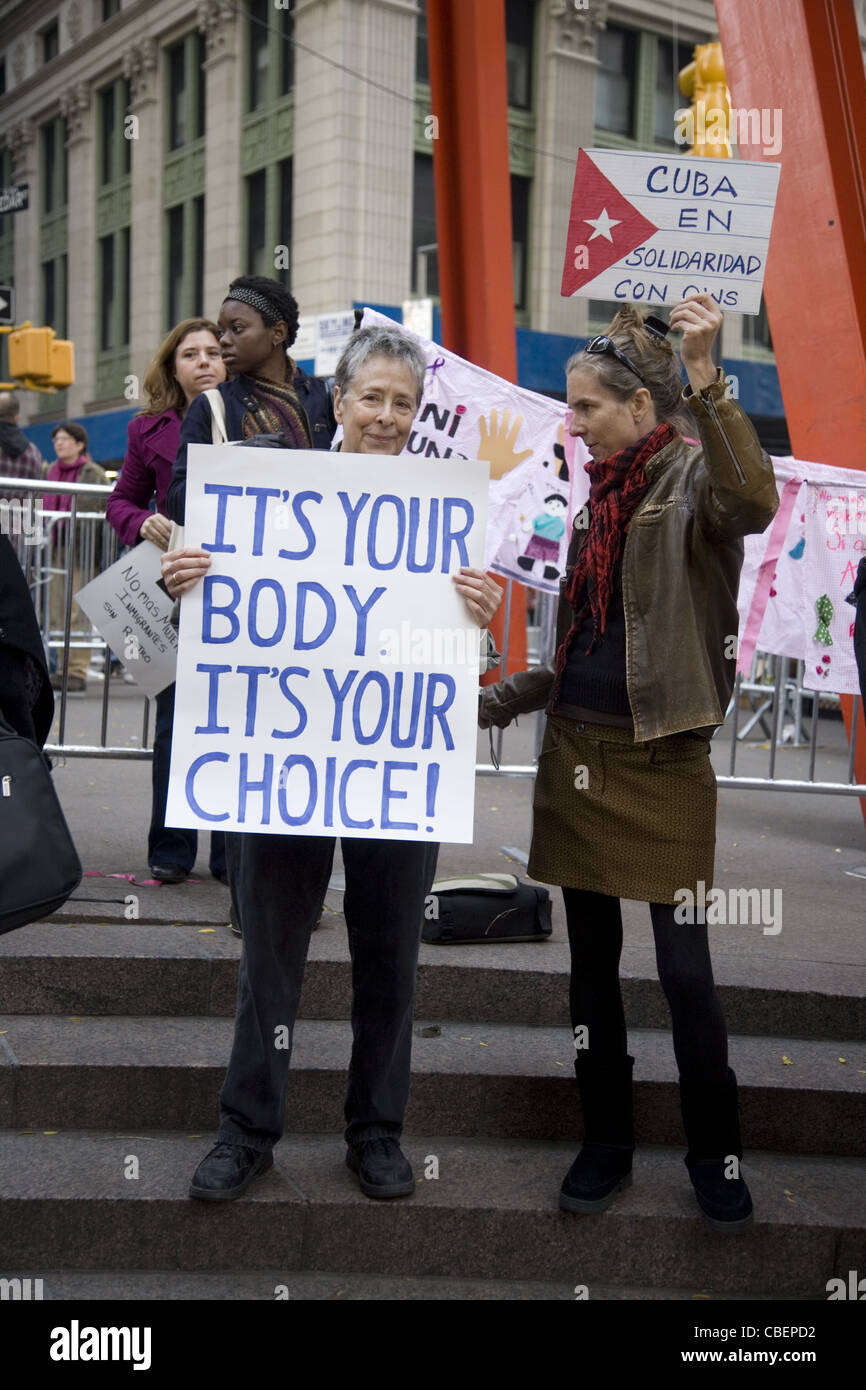 Donne ispaniche In solidarietà al rally di Piazza della Libertà di occupare Wall Street a casa per un Immagini Stock