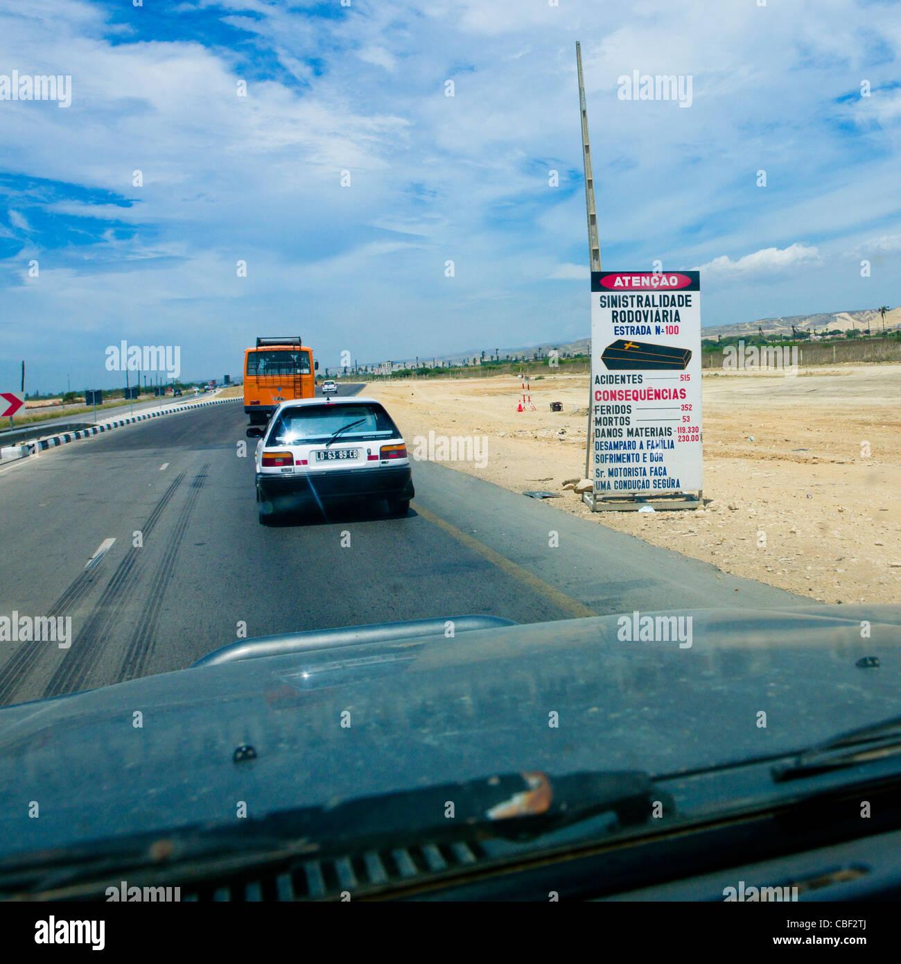 Cartello stradale avvertenza sui pericoli della strada, Lobito in Angola Immagini Stock
