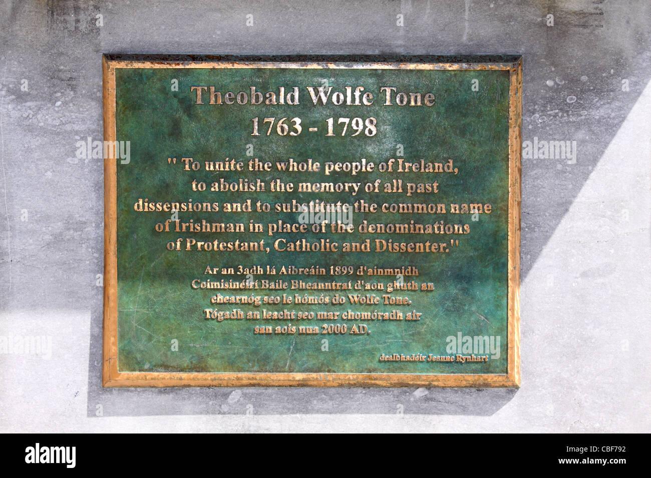 La placca sulla statua di Theobald Wolfe Tone nella piazza principale di Bantry, County Cork, Irlanda Immagini Stock