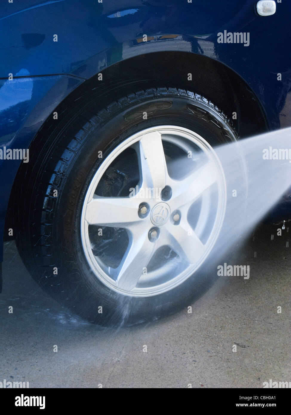 Lavaggio a spruzzo auto ruota in corrispondenza di un lavaggio a getto Immagini Stock