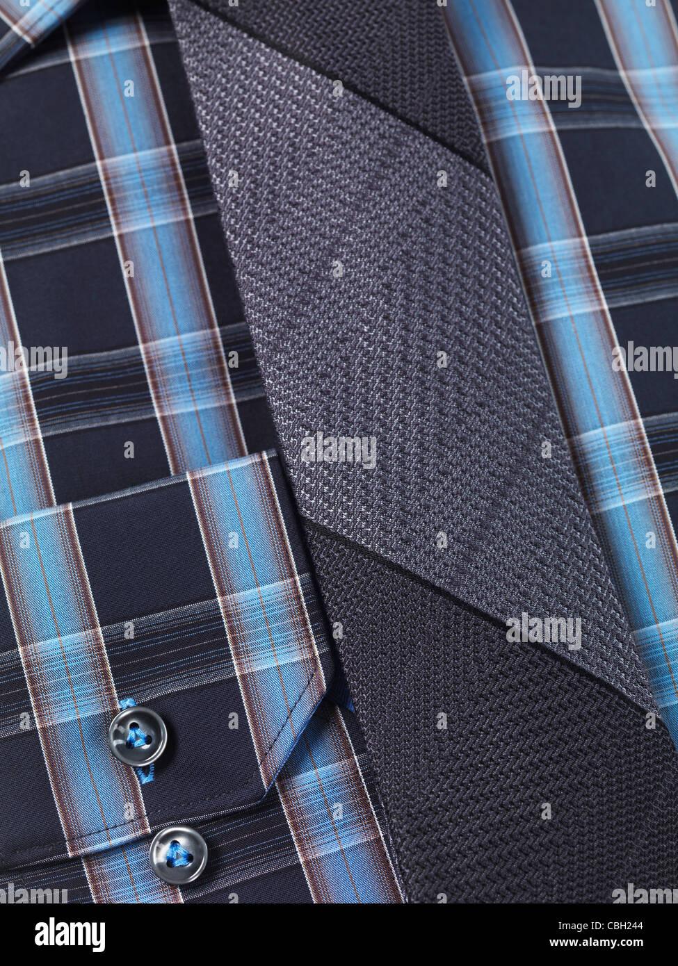 Primo piano di una mens in tartan blu maglietta a collare con una fascetta sottile Immagini Stock