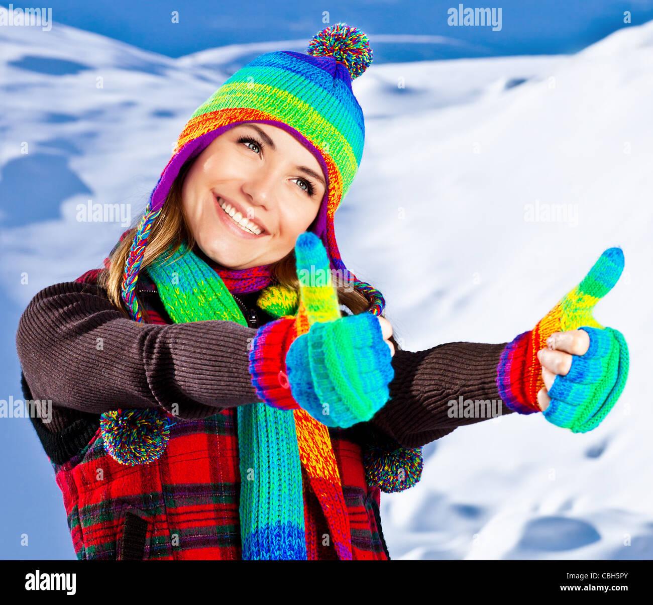 111e13221125 Colorato pollice su di una felice sorridente ragazza di indossare abbigliamento  invernale, bellissimo volto femminile Ritratto, giovane donna graziosa
