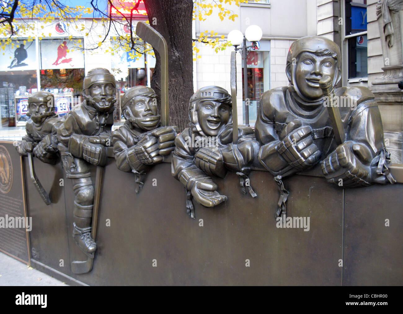 HOCKEY HALL OF FAME di Toronto. La scultura di giocatori al di fuori del museo. Foto Tony Gale Immagini Stock