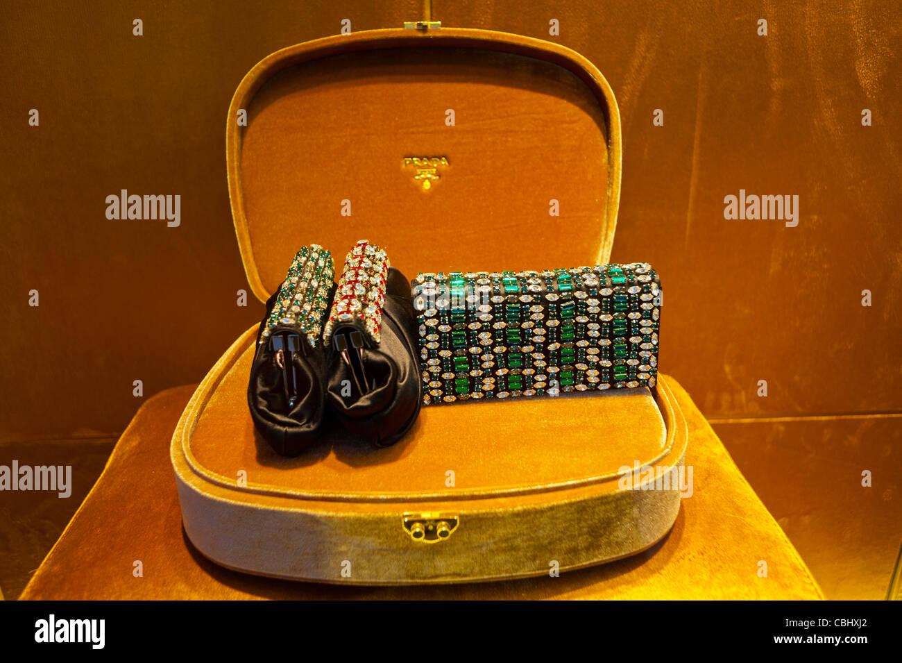 5f6ccbabc7 Parigi, Francia, dettaglio, Prada negozio di abbigliamento di lusso, Borse  donna sul