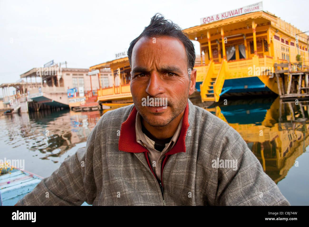 Un abitante del Kashmir equitazione nel lago Nagin, Kashmir Foto Stock