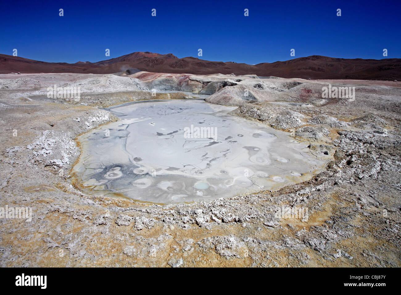 Fango bollente e piscina termale calda geotermica in campo vulcanico Sol de Mañana, Altiplano, Bolivia Immagini Stock