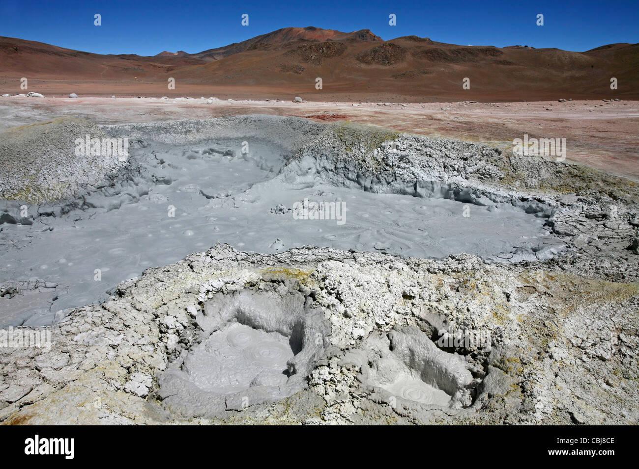 Piscine di fango bollente e le sorgenti di acqua calda geotermica in campo vulcanico Sol de Mañana, Altiplano, Immagini Stock