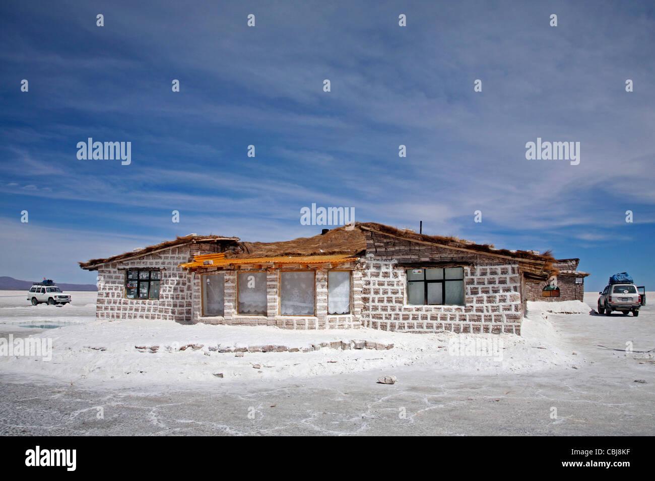 Sale hotel per turisti in mezzo alla distesa di sale Salar de Uyuni, Altiplano in Bolivia Immagini Stock