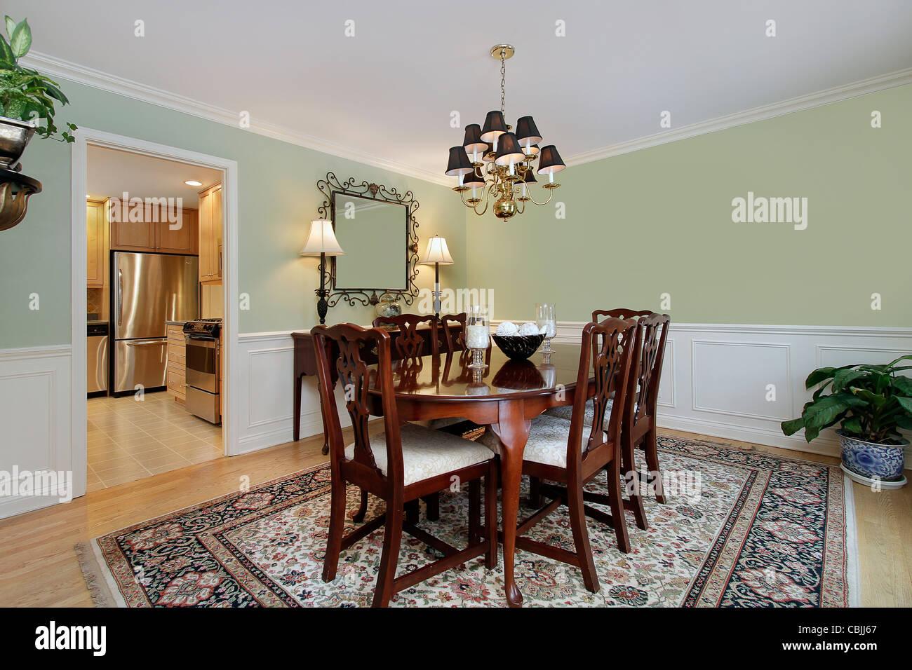La sala da pranzo nella casa suburbana con cucina a vista ...