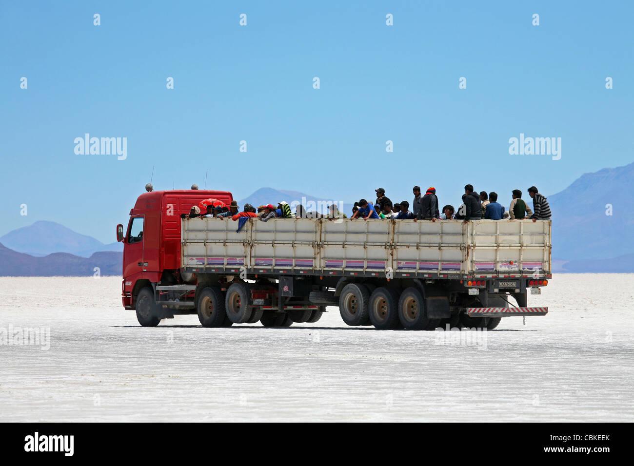 Carrello con la scuola dei bambini sulla distesa di sale Salar de Uyuni, Altiplano, Bolivia Immagini Stock