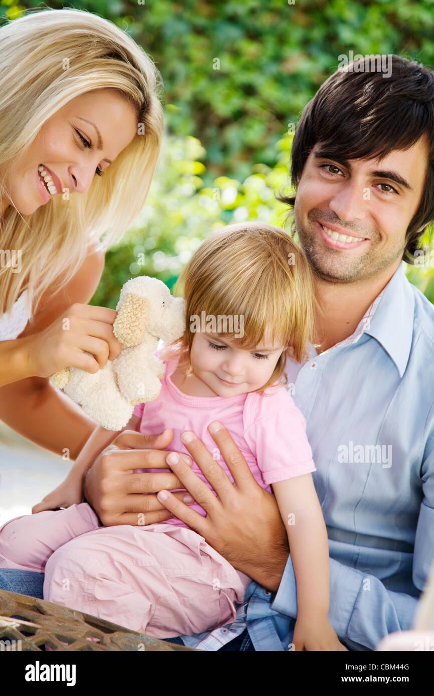 Famiglia giovane nel loro giardino Immagini Stock