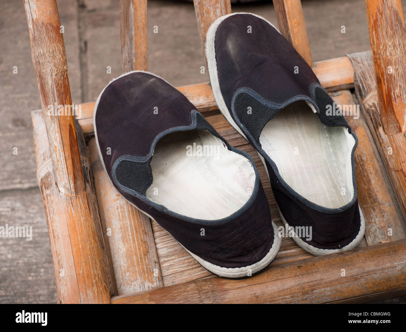 newest collection a62f7 f8468 Vecchie scarpe cinesi sulla sedia Foto & Immagine Stock ...