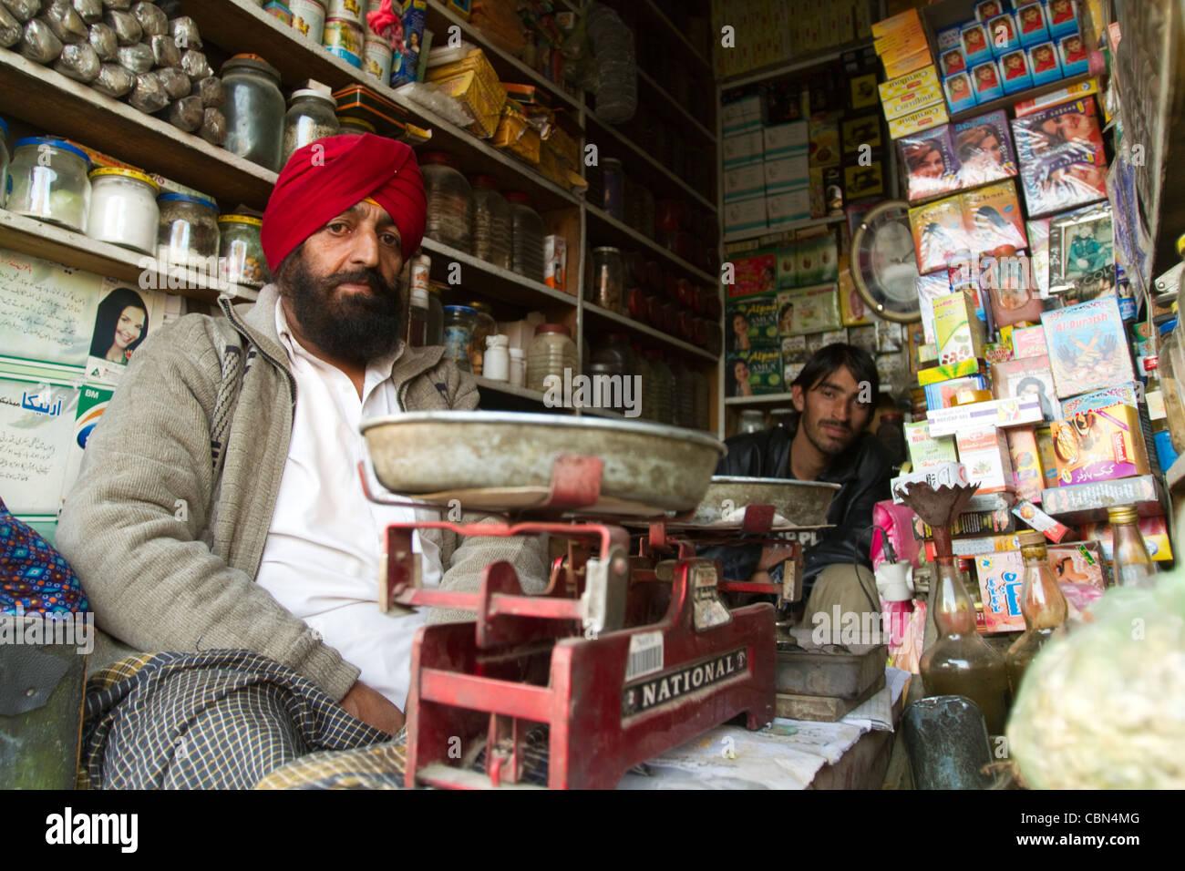 Piccolo negozio con persone di religione Sikh in Afghanistan Kabul Immagini Stock