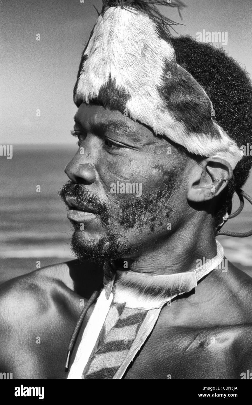Pondo nativo guerriero tribale in abito nativo vicino al deserto Sud Africa Immagini Stock