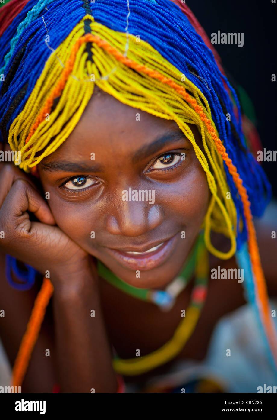Mudimba ragazza con una parrucca bordato chiamato Misses Ena, villaggio di Combelo, Angola Immagini Stock
