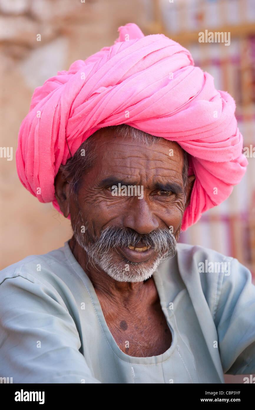 Uomo indiano con il tradizionale turbante di Rajasthani in Narlai village nel Rajasthan, India settentrionale Immagini Stock