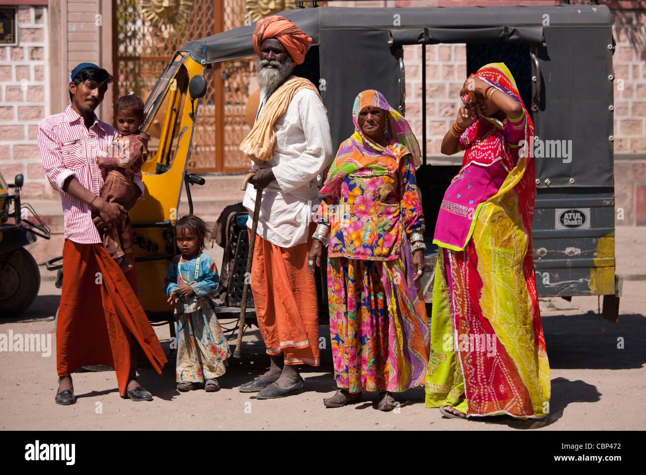 Famiglia indiana tre generazioni con la gravidanza giovane moglie da auto rickshaw in Sadri città del Rajasthan, Foto Stock