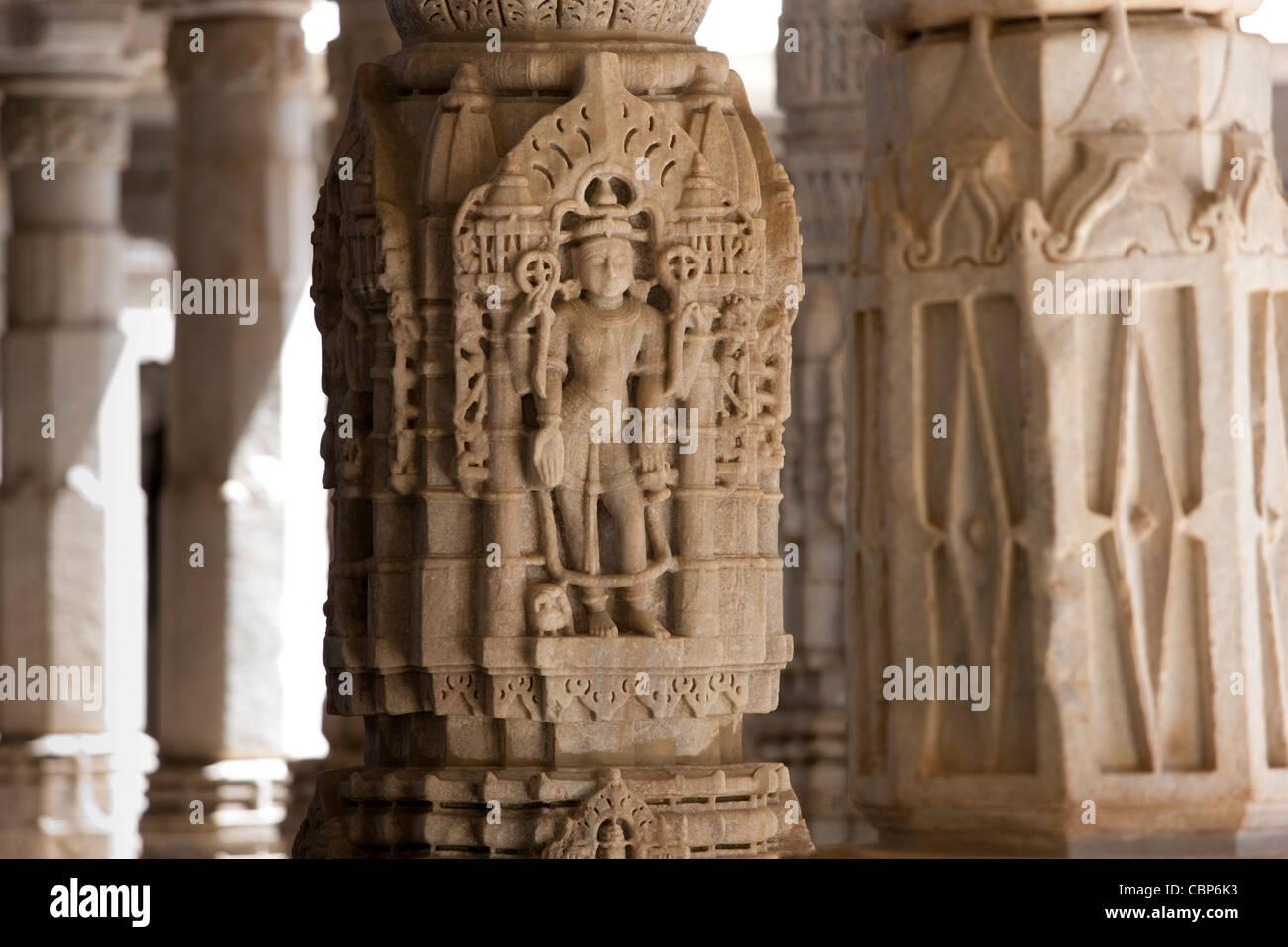 Sculture in pietra e colonne di marmo a Ranakpur Jain Temple a Desuri Tehsil nel distretto di pali del Rajasthan, Immagini Stock
