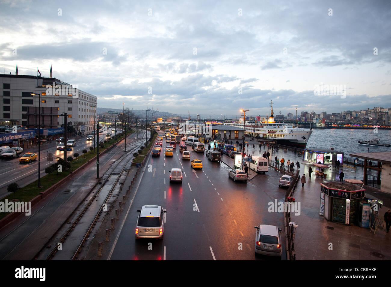 Carreggiata della strada principale che corre lungo le rive del Bosforo, a Eminonu, dove la Istanbul Ferry Terminal Immagini Stock