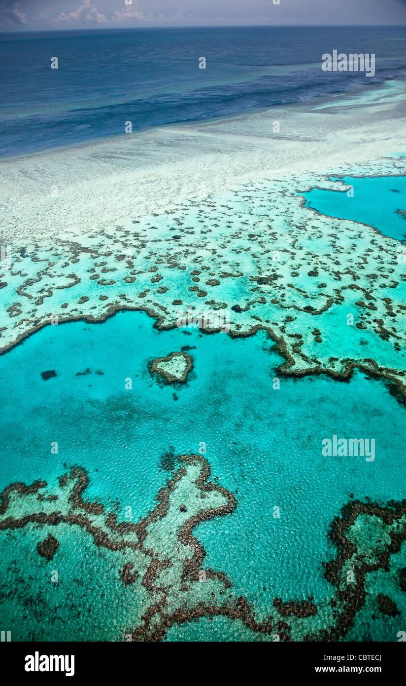 Vedute aeree del bel cuore Reef in la spettacolare grande barriera corallina vicino alle Isole Whitsunday nel Queensland, in Australia. Foto Stock