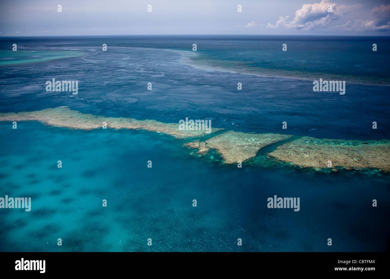 Vedute aeree di la spettacolare grande barriera corallina vicino alle Isole Whitsunday nel Queensland, in Australia. Foto Stock
