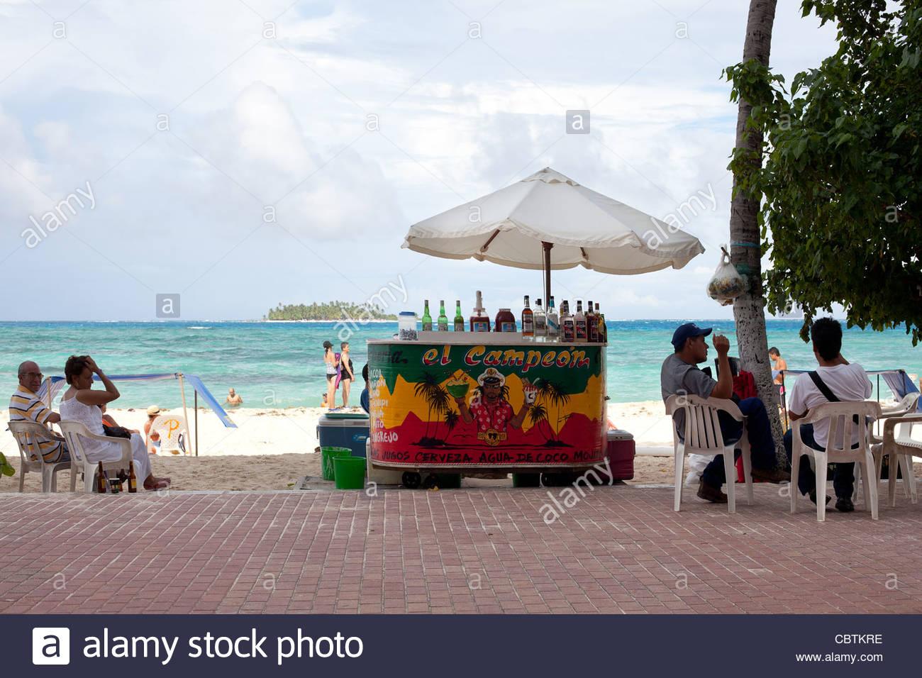 Spiaggia di stand che vendono bevande, San Andres Island, Colombia Immagini Stock