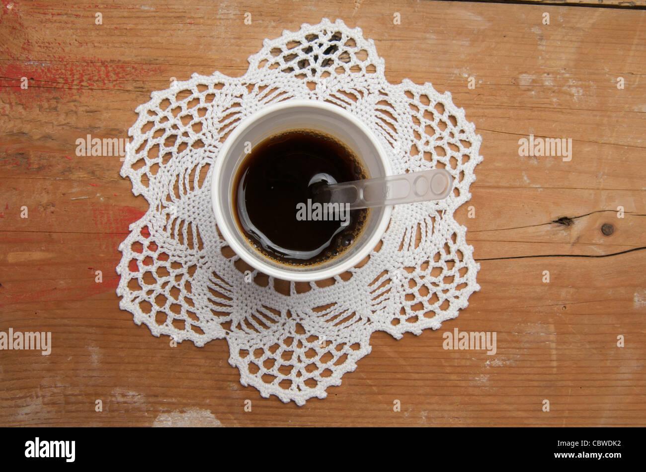 Monouso tazza di caffè su un luogo mat. Immagini Stock