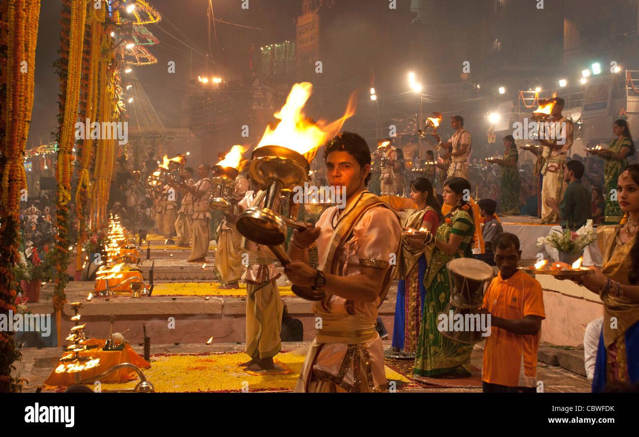 ARTI essendo eseguita a Ganga Ghat Varanasi su Dev Deepawali. Immagini Stock