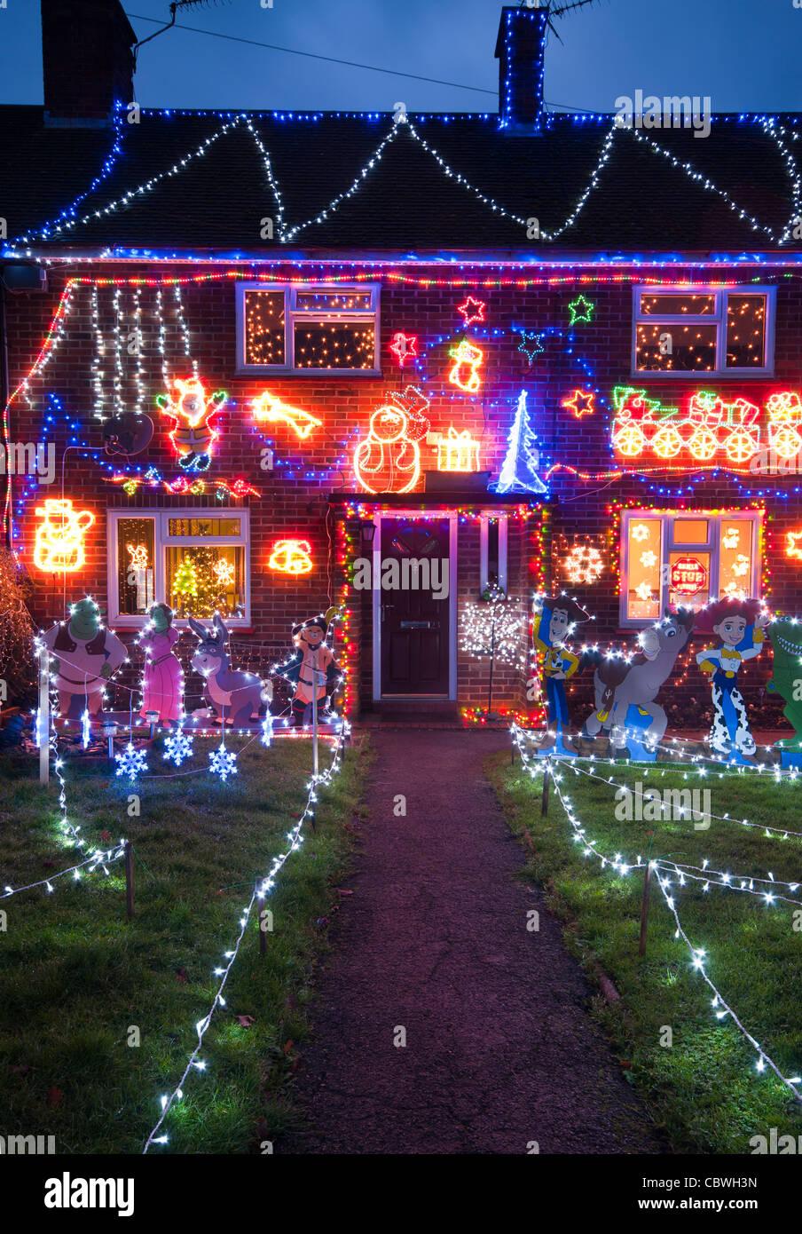 Decorazioni Natalizie Esterno Casa.L Esterno Di Una Casa Illuminata Con Le Luci Di Natale Al Crepuscolo