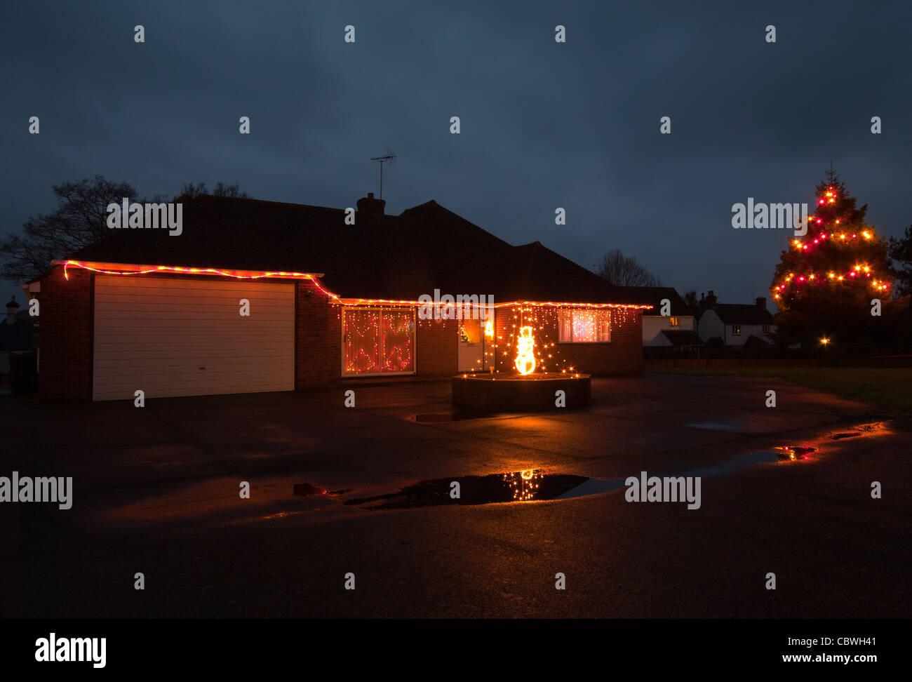 L esterno di una casa illuminata con le luci di natale al