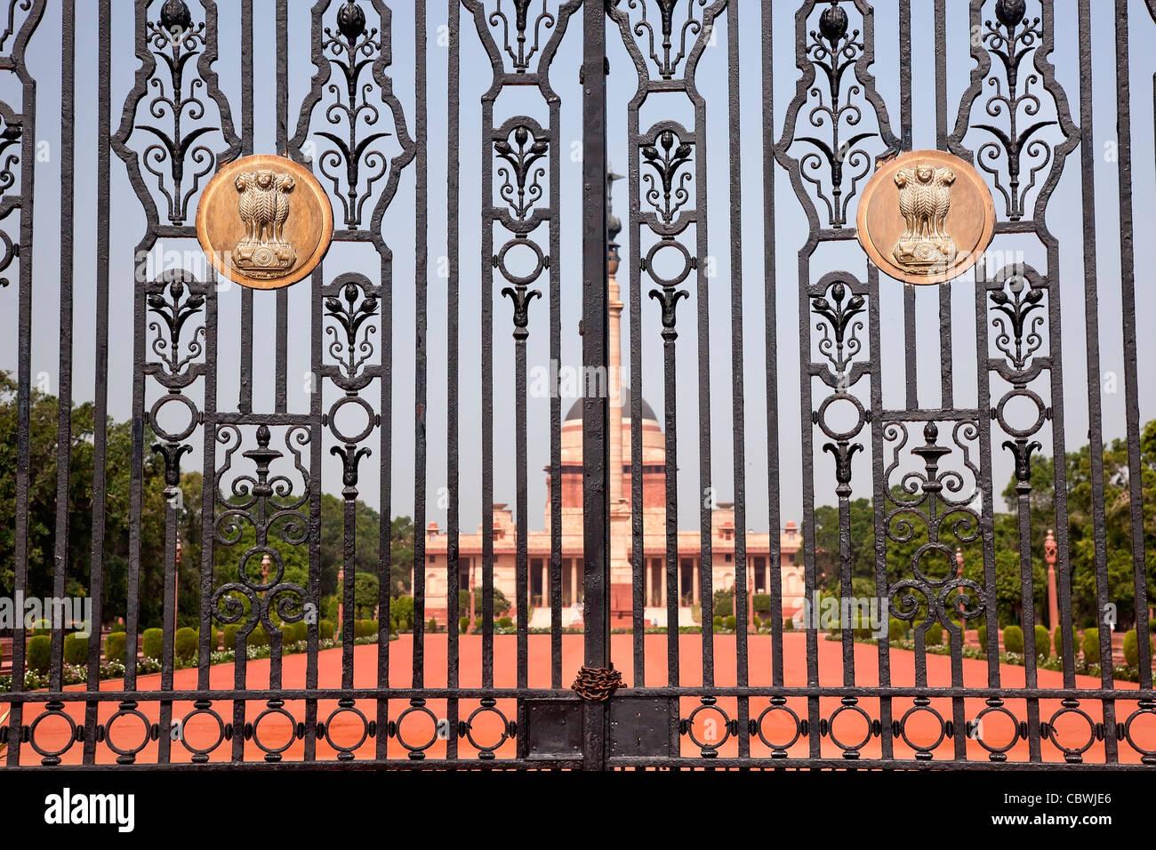 Rashtrapati Bhavan Gate la cancelli in ferro residenza ufficiale Presidente New Delhi, India Immagini Stock