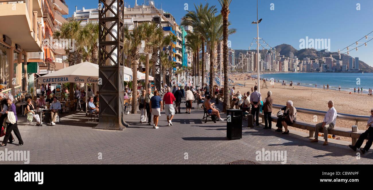 Vista panoramica della Spiaggia di Benidorm Levante, Leisure street lungo la spiaggia di Levante. Ambient street. Immagini Stock
