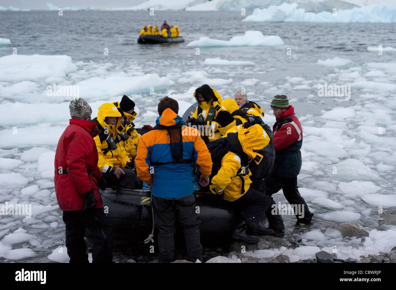ZODIAC ARRIVO RONGE ISOLA, Antartide Immagini Stock