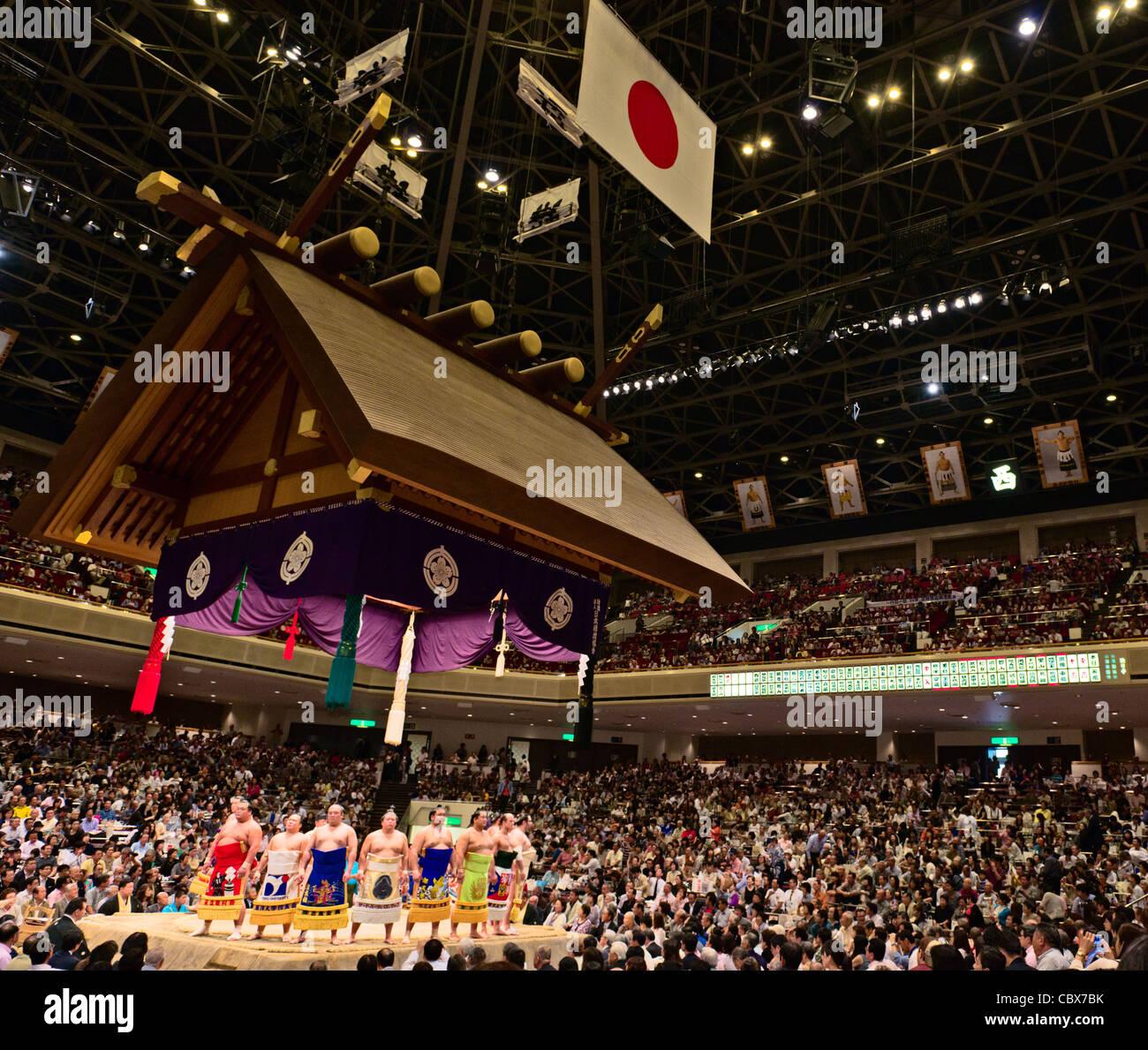 Lottatori di Sumo di eseguire un anello ingresso cerimonia - ryogoku kokugikan, Tokyo, Giappone Immagini Stock