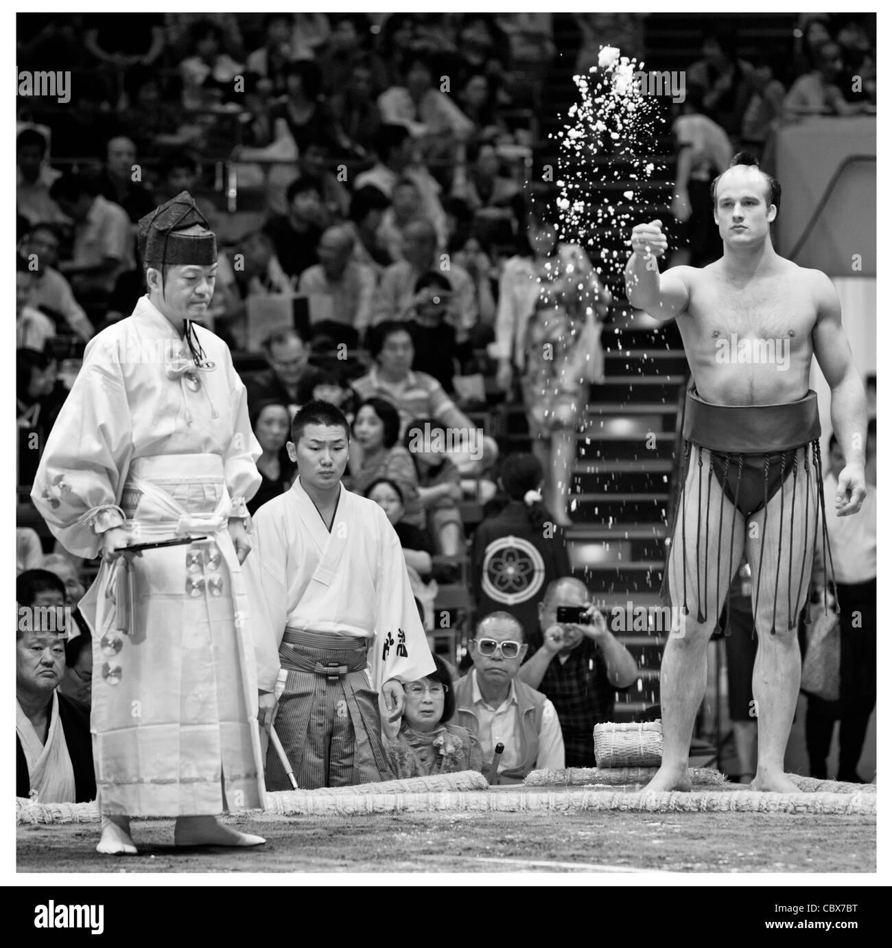 Ceca lottatore di sumo takanoyama sale di proiezione per purificare l'anello (dohyo) - ryogoku kokugikan, Tokyo, Immagini Stock