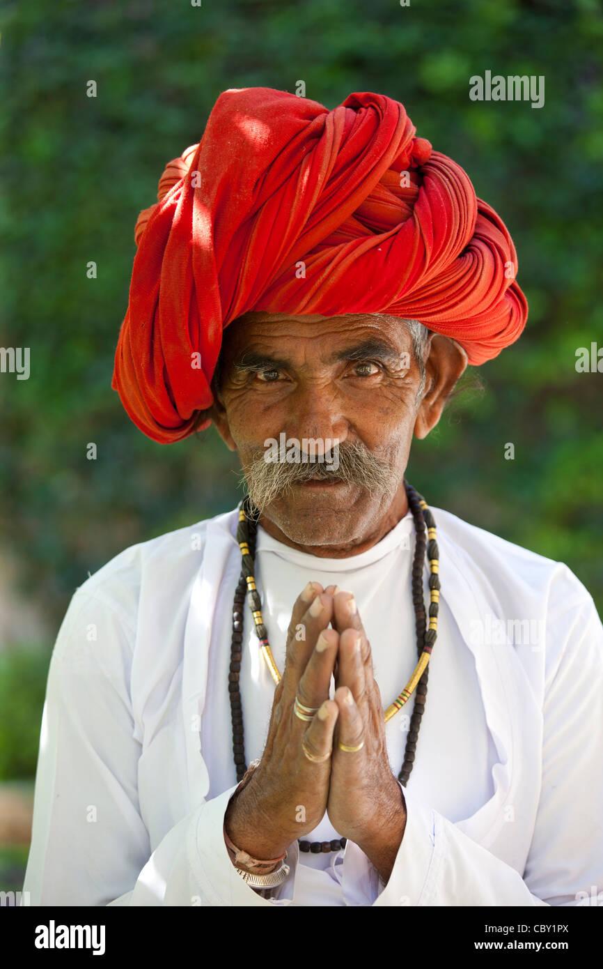 Namaste tradizionale saluto da uomo indiano con il tradizionale turbante di Rajasthani in villaggio in Rajasthan, Immagini Stock