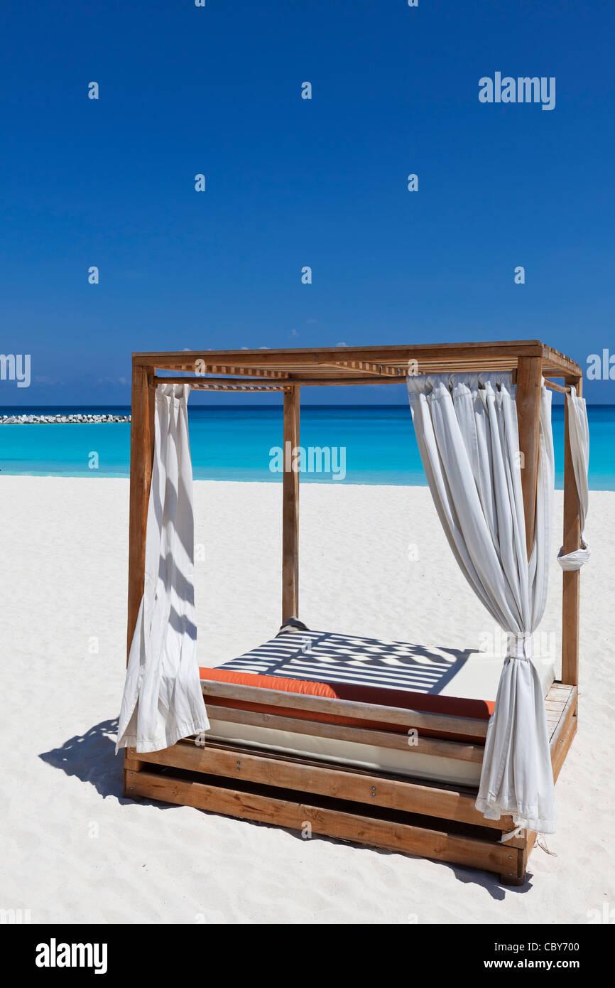 Tettoia letto salotto sulla spiaggia di sabbia bianca di Cancun Messico Foto Stock
