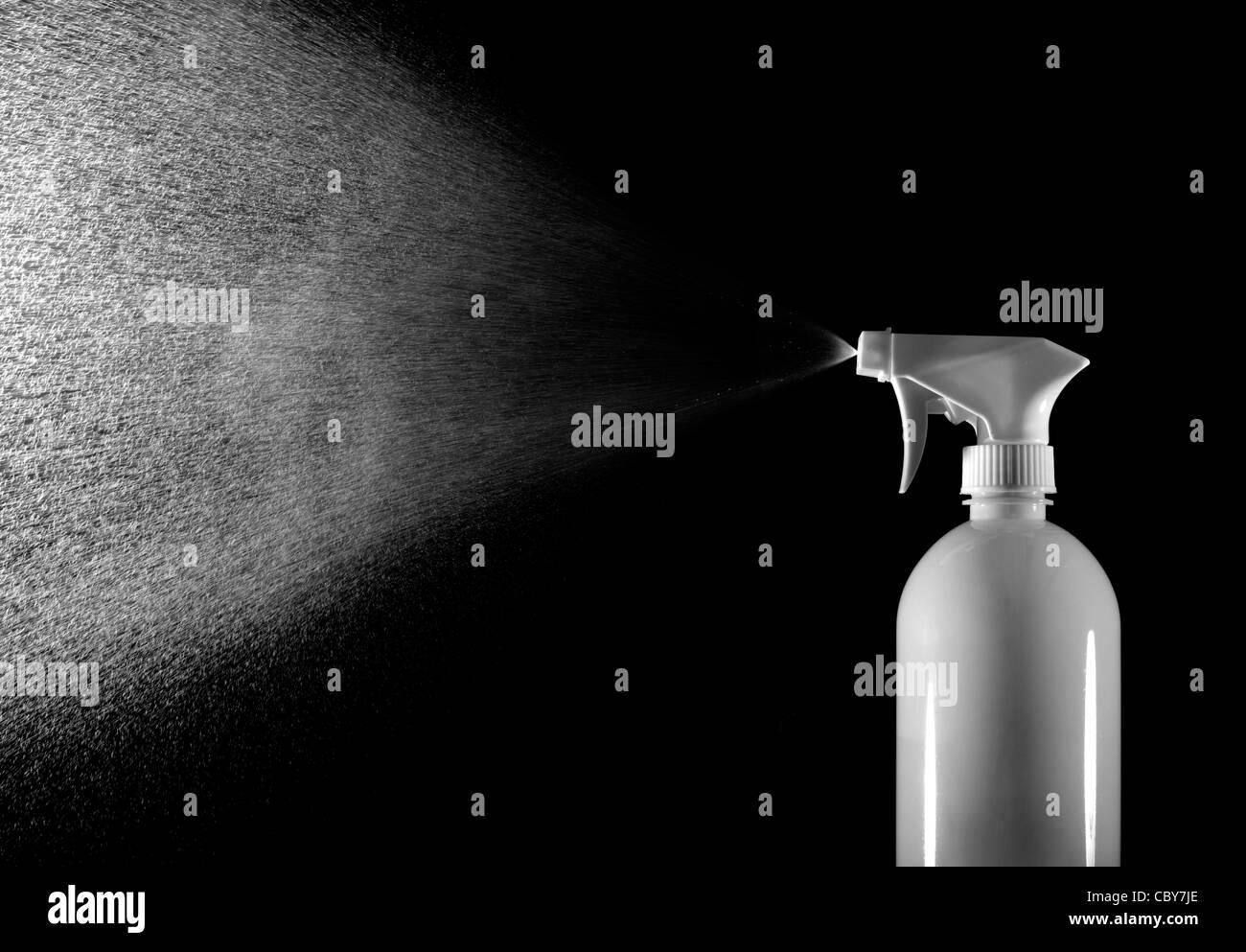 La bottiglia spray spruzzare acqua Immagini Stock