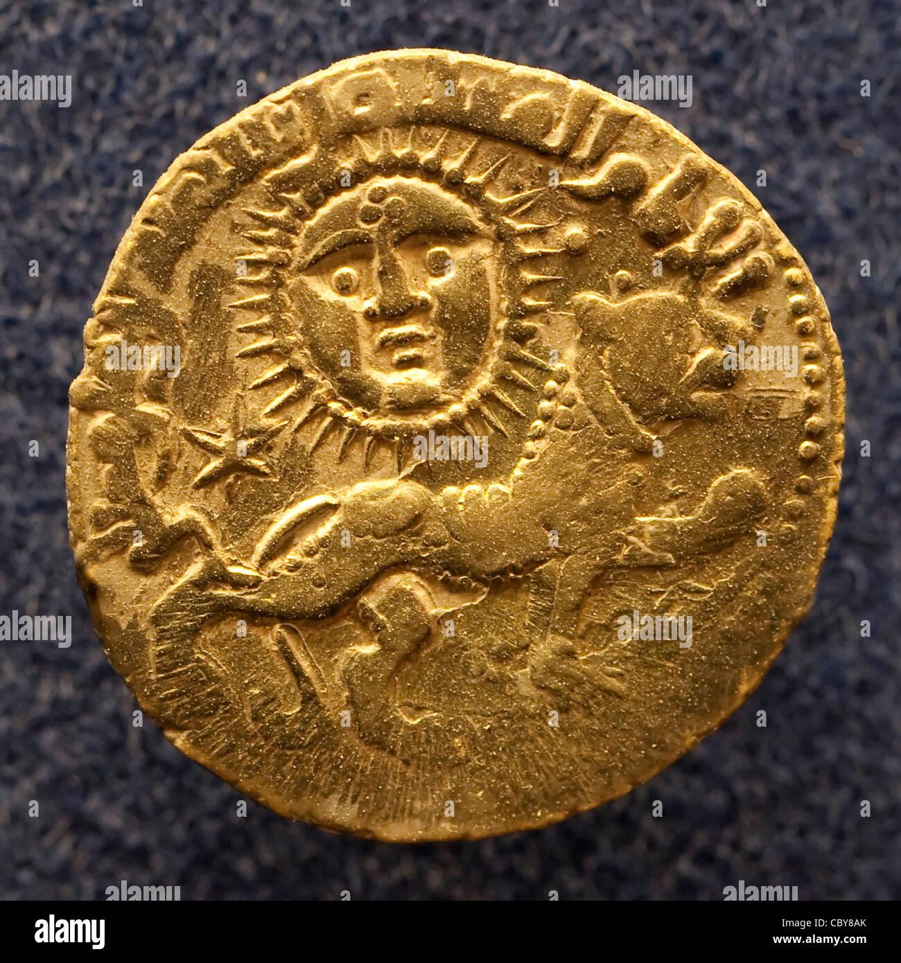 Antica moneta d'oro della dinastia dei Selgiuchi che era A. Alto medioevo turco-persiano impero musulmano sunnita raffigurante un leone e. il sole Foto Stock