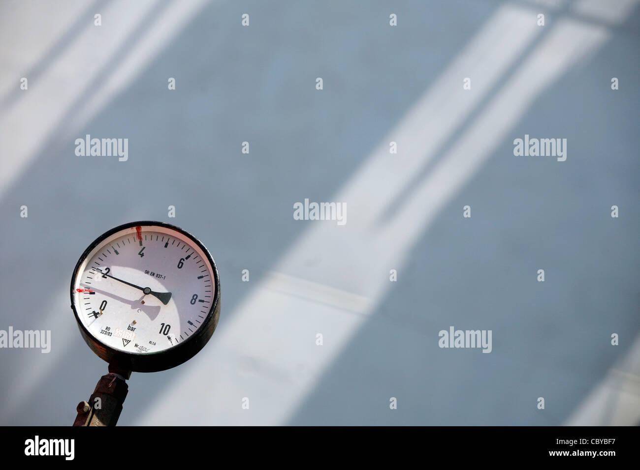 Manometro di pressione contro lo sfondo di sole Immagini Stock