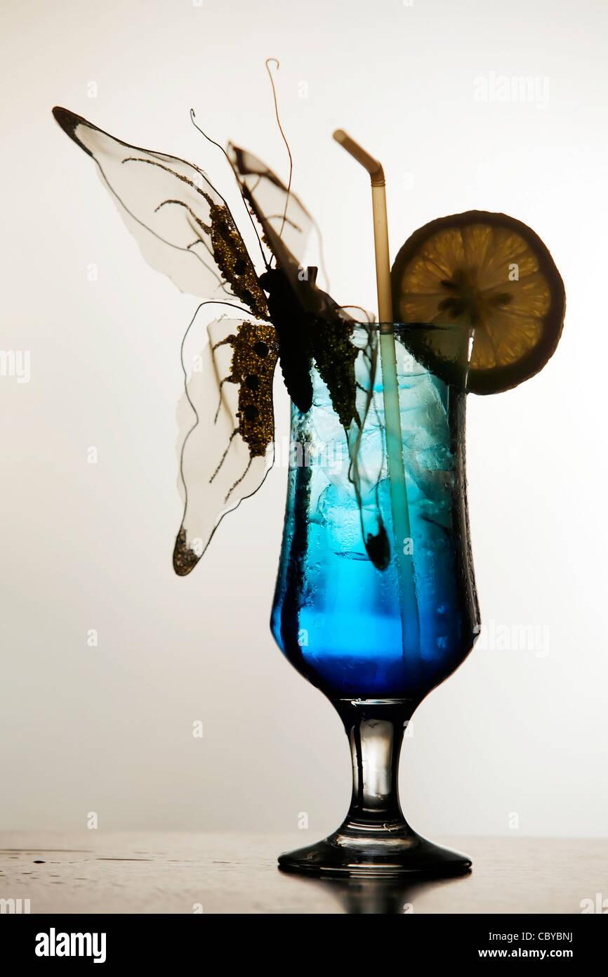Cocktail blu decorato con una farfalla ornamentali Immagini Stock