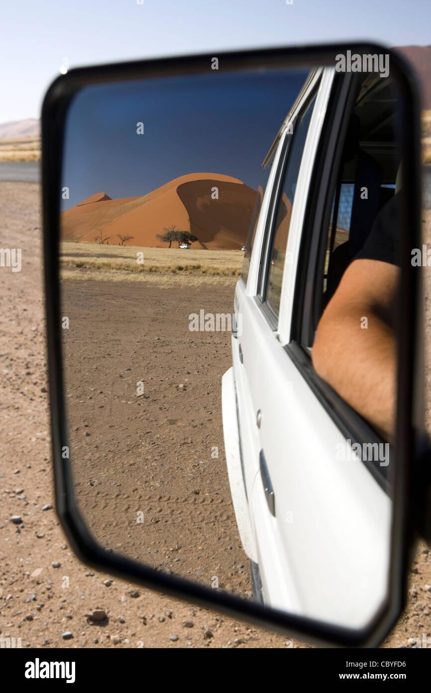 Vista delle Dune 45 in specchietto retrovisore - Sossusvlei National Park - Namib-Naukluft National Park, Namibia, Immagini Stock