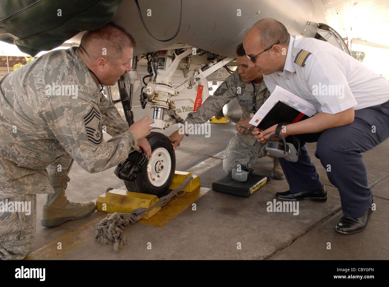 Capo Comandante Sergente robert britton e Comandante Sergente Michael helm discutere le caratteristiche della F Immagini Stock