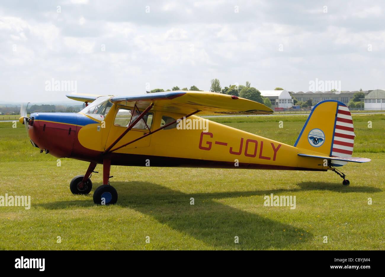 : Cessna 120 (G-JOLY), costruito nel 1947, a un aeromobile vintage rally (la grande annata battenti Weekend), Aeroporto Immagini Stock