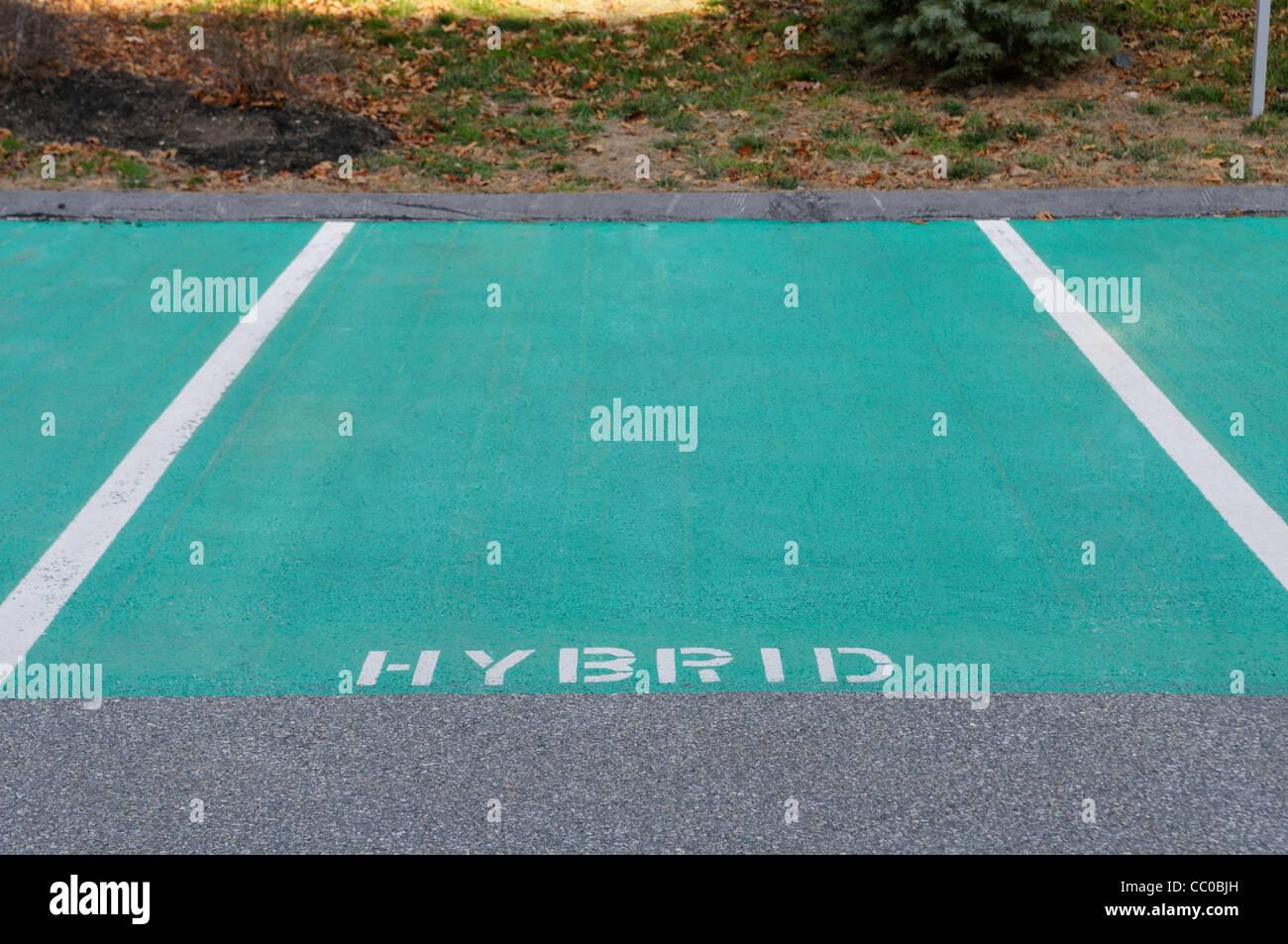 Forma preferita di spazi di parcheggio riservato per hybrid gas-elettrico auto a un eco-friendly hotel in Massachusetts Immagini Stock