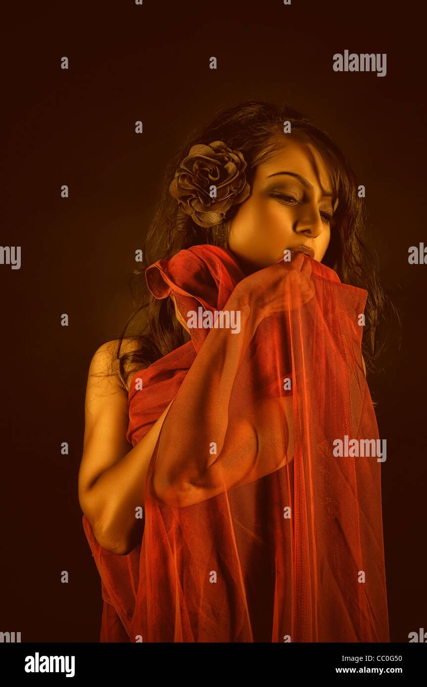 Bella donna coperto con stoffa rossa Immagini Stock