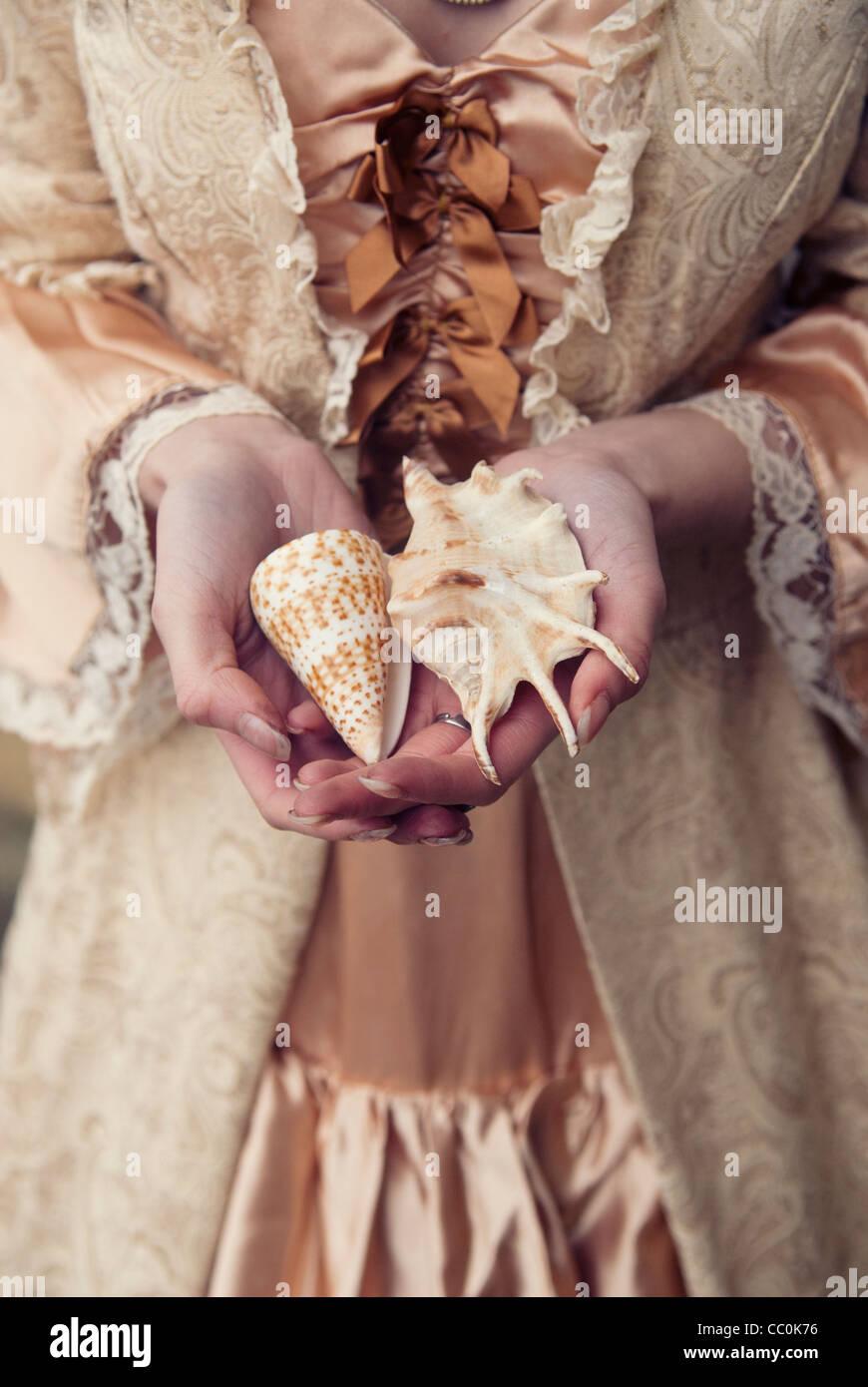 Donna vittoriana holding di conchiglie Immagini Stock
